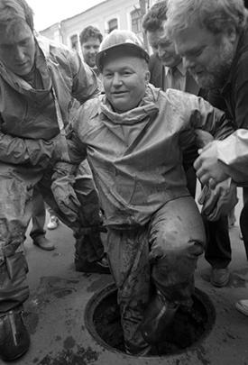 В июне 1991-го Лужков становится вице-мэром Москвы. А год спустя, после отставки Гавриила Попова, он возглавил столицу. Этот пост он занимал 18 лет