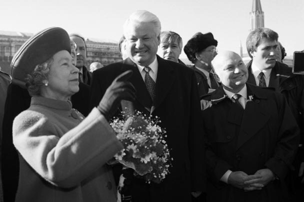 К концу 90-х Лужков стал одним из самых авторитетных политиков в России. В 1999-м его блок «Отечество» едва не занял большинство мест в парламенте. Через два года блок объединился с недавними конкурентами и сформировал партию «Единая Россия», а сам мэр стал сопредседателем ее Высшего совета