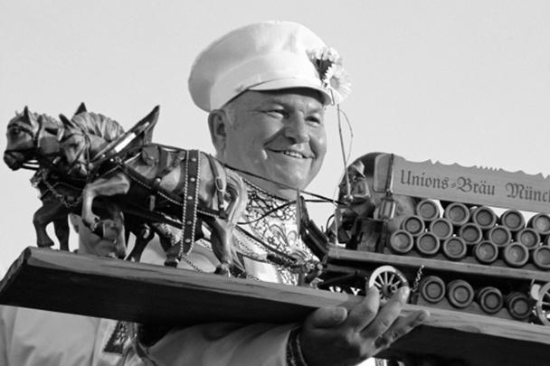 Помимо политики Лужков немало времени посвящал и изобретательству. В его активе – более сотни патентов в самых разных сферах: например, МКАД, монорельс, роторный двигатель, кулебяка и даже морс