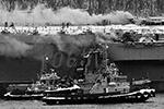 Работа пожарных на горящем крейсере была затруднена из-за сильной задымленности. В борьбе за живучесть корабля горящий энергоотсек решили залить водой   (фото: Лев Федосеев/ТАСС)