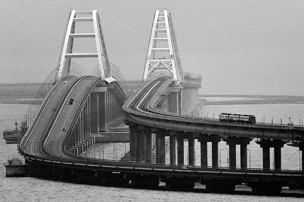 Крымский мост – самый длинный в России и Европе, соединяет Керченский и Таманский полуострова. Автомобильное движение по мосту открылось еще осенью прошлого года