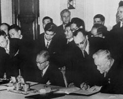 Хатояма и Булганин подписывают Московскую декларацию (фото: AP/ТАСС)