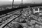 При демонтаже здания Спортивно-концертного комплекса «Петербургский» произошло незапланированное обрушение крыши. Один из рабочих погиб, не успев запрыгнуть в строительную люльку. По оценке экспертов, трагедия случилась из-за того, что строители решили сэкономить на расчетах (фото: кадр из видео)