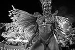 Каждую ночь во время карнавала через специально построенную в Рио улицу с трибунами по бокам – Самбодром – проходят десятки тысяч представителей 24 лучших танцевальных школ страны (фото: Fabio Motta/EPA/ТАСС)
