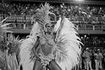 При этом одной лишь улицей карнавал не ограничивается – в нем участвуют и местные жители, и туристы(фото: Leo Correa/AP/ТАСС)