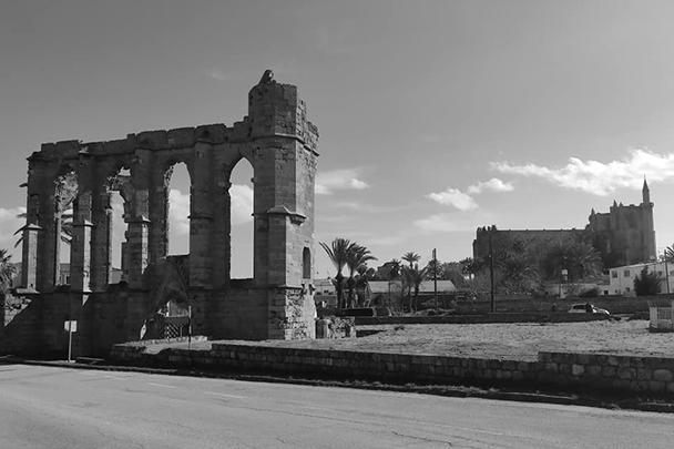 Древний собор Фамагусты, построенный крестоносцами по образцу коронационного собора в Реймсе, и переделанный турками в мечеть.