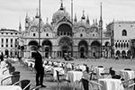 В связи с резким ростом смертности от коронавируса власти Италии ввели карантинные меры на всей территории страны. Гражданам запрещается перемещение без уважительных причин. Прекращены любые спортивные состязания, закрытие коснулось всех развлекательных учреждений, включая музеи и театры (фото: MANUEL SILVESTRI/Reuters)