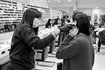 В салоне красоты проверяют температуру перед оказанием услуг (фото: REMO CASILLI/Reuters)