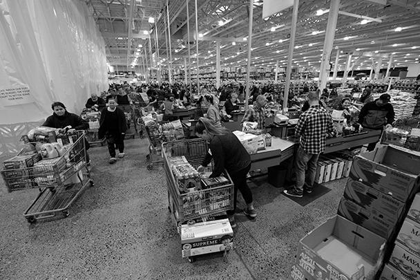 Американцы столпились возле касс одного из супермаркетов в Портленде, штат Орегон. Местный губернатор объявил чрезвычайное положение в связи со вспышкой коронавируса еще 8 марта