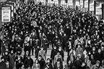 Японцы сделали ставку на самодисциплину, никаких запретов пока нет. Пока помогает – заболевших меньше тысячи (фото: Ivo Gonzalez/AFLO/Reuters)