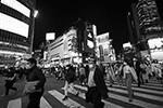 В стране повсеместно носят маски, компании стараются обеспечивать сотрудников всеми необходимыми гигиеническими средствами (фото: Eugene Hoshiko/AP/ТАСС)