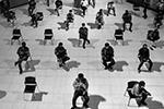 В числе основных мер борьбы с распространением нового коронавируса специалисты Всемирной организации здравоохранения назвали увеличение социальной дистанции. Риск заражения сильно снижается, если между людьми сохраняется расстояние более метра. Власти большинства стран прислушались – и призвали граждан сделать так же. На фото – курьеры, доставляющие еду, сидят в торговом центре в ожидании заказов. Бангкок, Таиланд      (фото: CHALINEE THIRASUPA/Reuters)