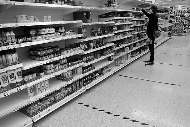 В лондонских супермаркетах на полу сделали специальную разметку. В каждом «отсеке» должно находиться не более одного человека