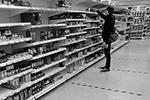 В лондонских супермаркетах на полу сделали специальную разметку. В каждом «отсеке» должно находиться не более одного человека (фото: TOBY MELVILLE/Reuters)