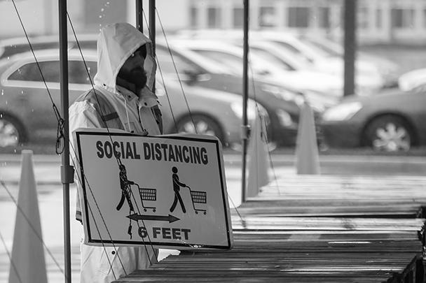 Мэттью Стивенсон, сотрудник закрывшегося из-за коронавируса фитнес-клуба в штате Делавэр, согласился на временную работу – напоминать людям о важности сохранения социальной дистанции
