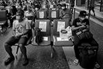 Схожие меры ввели и на бангкокских вокзалах – в залах ожидания на креслах расклеили листовки «не садиться» (фото: DIEGO AZUBEL/EPA/ТАСС)