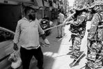 В Индии полицейские применяют к нарушителям карантина технически более простые средства  – дубинки (фото: REUTERS/Adnan Abidi)