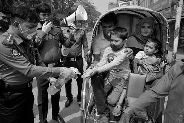 Представители правопорядка в Бангладеш следят за чистотой рук населения