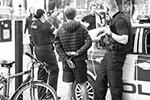 Полиция Манчестера сочетает в своих действиях жесткость и британскую вежливость: нарушитель, закованный в наручники, также не проявляет протеста против действий «бобби» (фото: Joel Goodman/Keystone Press Agency/Global Look Press)