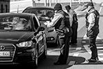 Барьеры внутри Евросоюза опять становятся реальностью. На бельгийской границе полиция проверяет документы у въезжающих в страну из Франции и Нидерландов (фото: Niels Wenstedt/Keystone Press Agency/Global Look Press)