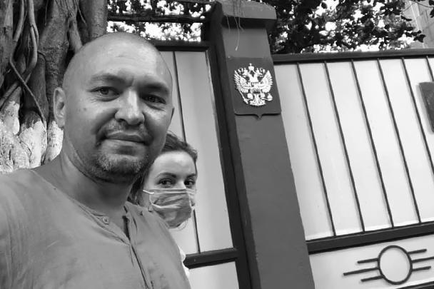 Художники Джон Пешков и Александра Семенова у здания консульства России в Мумбае
