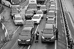 В местах пересечения крупных автомагистралей со МКАД установили блокпосты, полицейские проверяют пропуска у въезжающих в город (фото: Илья Питалев/РИА «Новости»)