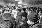 Еще хуже ситуация сложилась на входах в метро, где проверяли каждого входившего (фото: Ольга Кожокина/ТАСС)