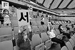 Пока люди сидят по домам, во многих странах мира места на стадионах и столики в кафе «оккупируют» манекены, куклы и плюшевые игрушки. Не сговариваясь между собой, владельцы различных заведений в разных странах мира решили создать иллюзию того, что жизнь продолжается по-прежнему.  В Южной Корее, впрочем, такие «игры в куклы» вызвали скандал. Руководство футбольного клуба «Сеул» действительно поступило странно: чтобы «подбодрить болельщиков» во время карантина, на пустых трибунах рассадили кукол из секс-шопа. Мало того, надувные «дамы» держали в руках баннеры с рекламой порносайтов. Авторам оригинальной идеи пришлось извиняться перед фанатами(фото: Yonhap/REUTERS)