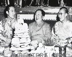 Панчен-лама X, Мао Дзедун и ныне живущий Далай-лама XIV (фото: REUTERS/David Gray)