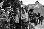 Несмотря на запрет массовых мероприятий в регионе, в сквере 40-летия Победы собрались около сотни человек, многие были с семьями (фото: Вячеслав Прокофьев/ТАСС)