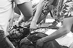 Во время столкновений сильно пострадал только один человек, ему тут же оказали необходимую помощь (фото: ETIENNE LAURENT/EPA/ТАСС)