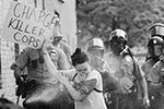 Участница протестов требует привлечь к ответственности копов-убийц (фото: TANNEN MAURY/EPA/ТАСС)