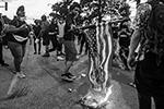 В окружении полиции протестующие сожгли американский флаг (фото: ach Boyden-Holmes/The Register via Imagn Content Services, LLC/Reuters)
