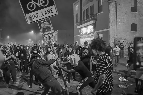Во время любых массовых беспорядков протестующие первым делом разрушают уличную инфраструктуру