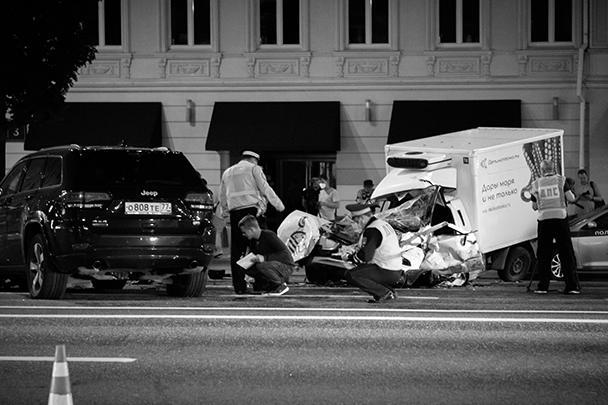 ДТП произошло около 22 часов вечера. Машина Ефремова, двигаясь по Садовому кольцу, пересекла двойную сплошную линию и лоб в лоб столкнулась с фургоном, за рулем которого находился курьер Сергей Захаров