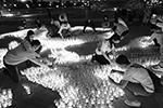 В 2020 году в рамках акции волонтеры создали «огненные картины» из свечей – сотни и тысячи огоньков сложились в полноценные инсталляции, объединенные лозунгом «Помним» (фото: Михаил Терещенко/ТАСС)