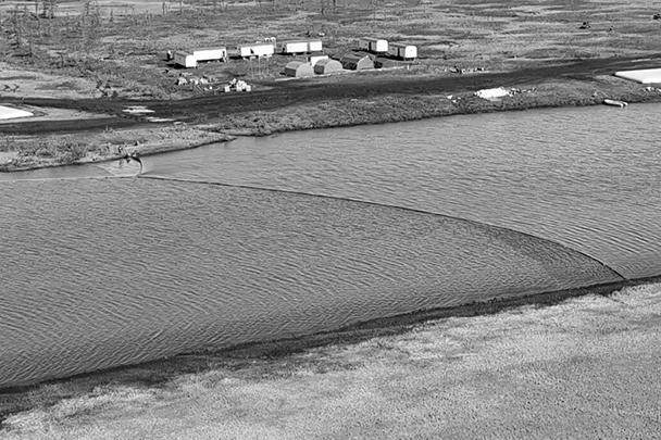 На реке стоят специальные ограждения для сбора солярки