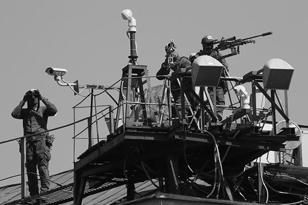 Безопасность участников парада обеспечивали снайперы