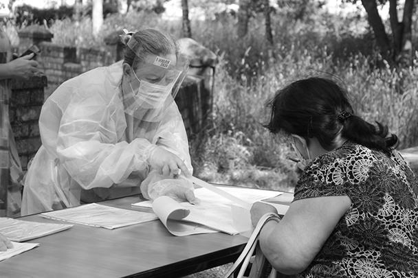 Общение сотрудников 902-го участкового избиркома Твери с избирателями проходит с соблюдением всех мер социальной дистанции и медицинской предосторожности