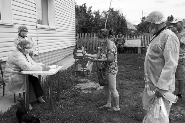 Голосование могут организовать не только во дворе многоквартирного дома, но и в «частном секторе» – как это сделали сотрудники участкового избиркома в Алтайском крае
