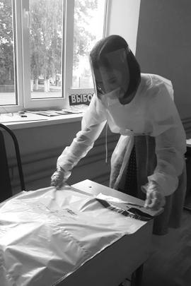 По завершении работы «придомового» голосования бюллетени из урн перемещаются в сейф-пакет и опечатываются. Какие меры предосторожности принимаются при этом, можно видеть на примере работы сотрудников участка №447 в Армавире