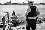 Русалочка – излюбленный объект для вандалов или протестующих, за почти столетнюю историю статую оскверняли бесчисленное множество раз (фото: Niels Christian Vilmann/EPA/ТАСС)