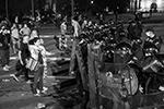 """Противники возвращения карантинных мер забрасывали полицию камнями, бутылками и яйцами и кричали """"В отставку!""""  (фото: Andrej Cukic/EPA/ТАСС)"""