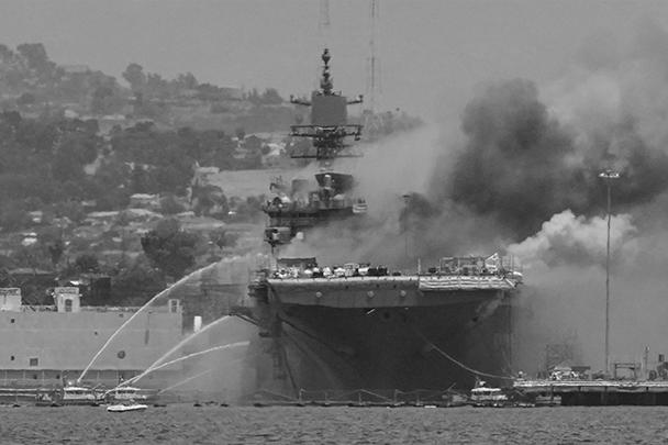 «Боном Ричард» в Сан-Диего горит вот уже два дня. К этому времени произошло обрушение части палуб и надстройки