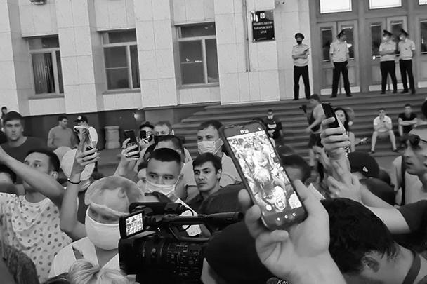 Александр Витько, министр здравоохранения Хабаровского края, объясняет протестующим угрозу коронавируса в регионе