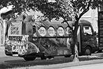 Одинокий «фургаломобиль» – ресторан на колесах, переделанный в агитационную машину(фото: Юрий Васильев/ВЗГЛЯД)