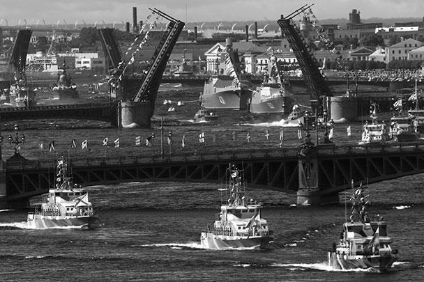 На время проведения парада в Петербурге были разведены четыре моста через Неву: Благовещенский, Дворцовый, Троицкий и Литейный