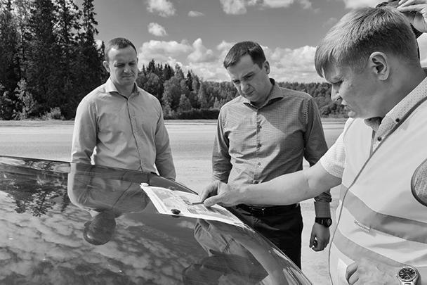 Александр Цыбульский (в центре) и дорожная карта «стиральной доски»
