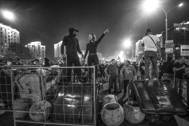 В ответ на попытки разгона толпы милицией, протестующие в Минске попытались возвести импровизированные баррикады из мусорных баков