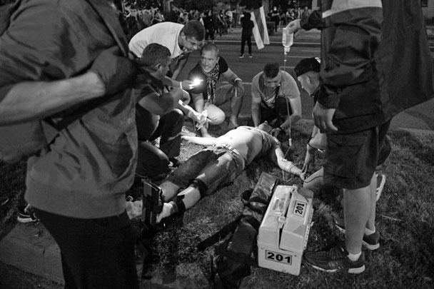 По данным СМИ, несколько десятков протестующих были госпитализированы с ранениями